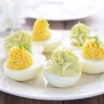 Uova sode ripiene di formaggio e avocado