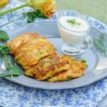 Pancakes salati con piselli zucchine e carote e salsa allo yogurt