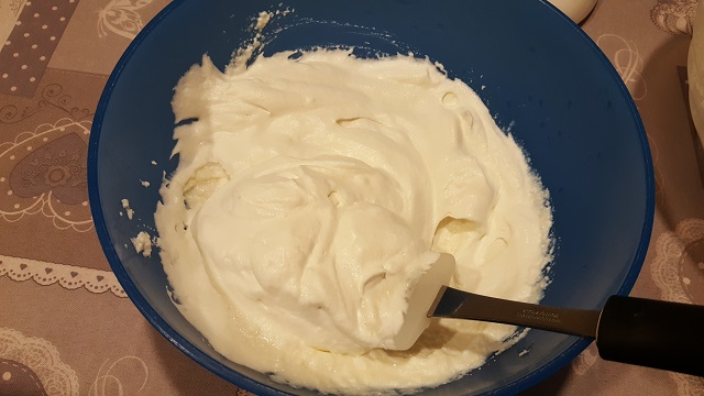 preparazione-zuccotto-con-ricotta-e-amarene (5)