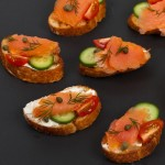 Crostini al salmone per l'aperitivo in due varianti