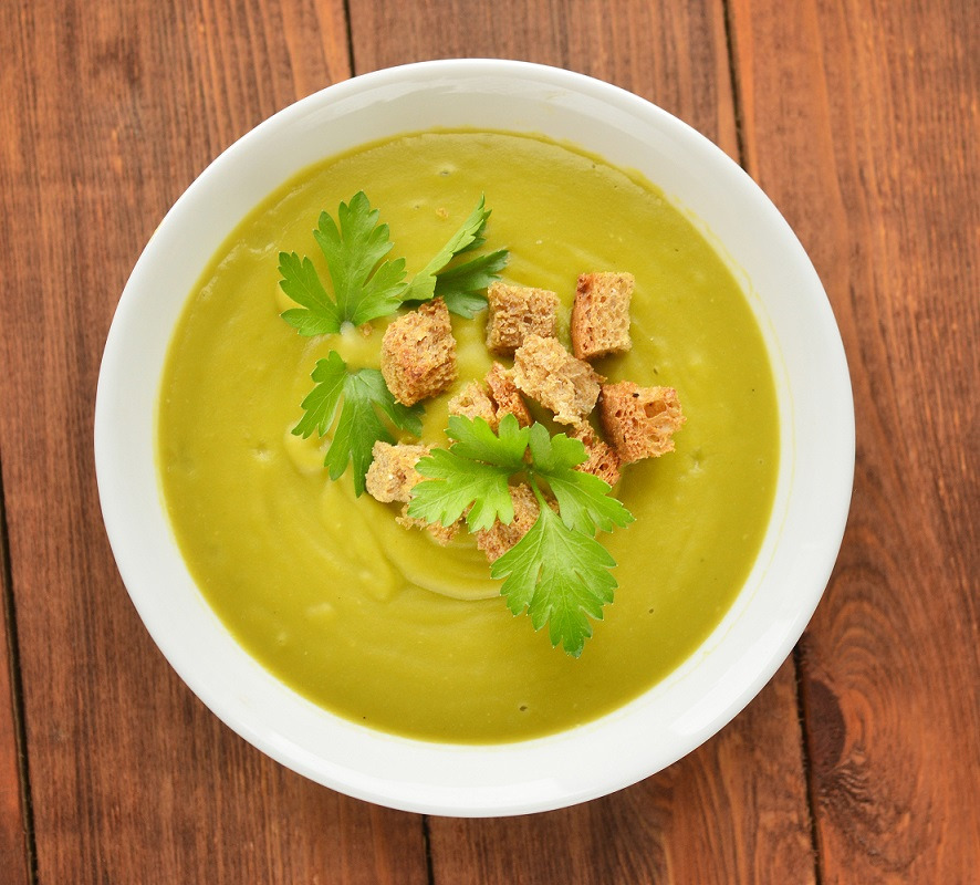 Zuppa di crema con croste e prezzemolo verde