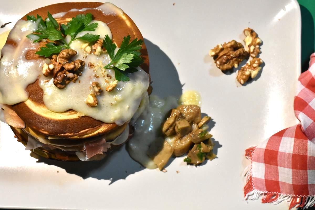 Pancake salati con speck, funghi e fonduta di gorgonzola