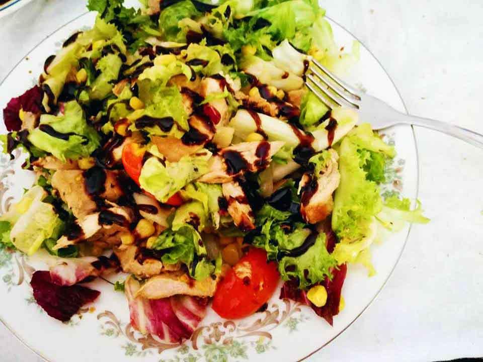 Insalata di pollo fredda, un piatto estivo ricco di sapore
