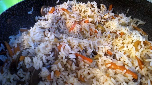 Riso Thai saltato con verdure: un'alternativa vegetariana