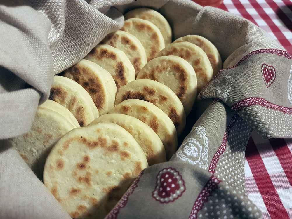 Tigelle o crescentine, piatto della tradizione modenese