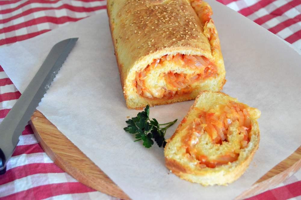 Pan brioche salato con ripieno di cipolle e formaggio