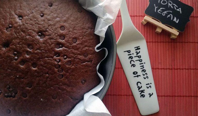 Torta al cioccolato vegan, con gocce di cioccolato e cacao